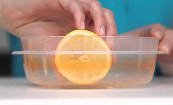 cara menghilangkan noda pada kotak makan